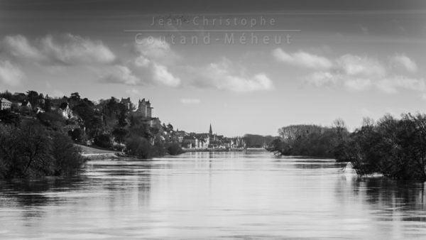 Ville de Chinon en noir et blanc tirage d'art - photo réalisée par le photographe Jean-Christophe COUTAND-MEHEUT