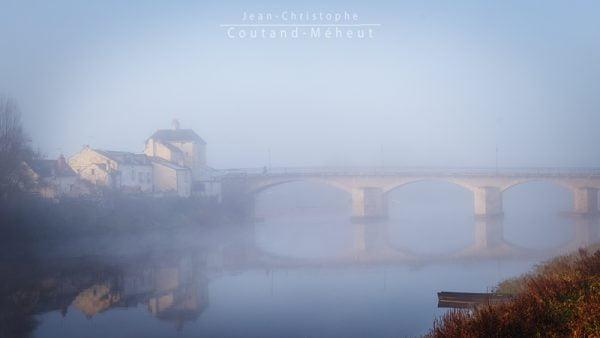 Pont de Chinon dans la brume tirage d'art - photo réalisée par le photographe Jean-Christophe COUTAND-MEHEUT