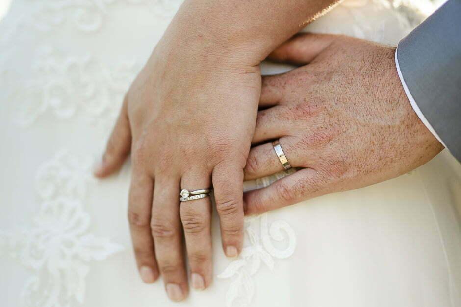 Photographe mariage mains des mariés et alliances