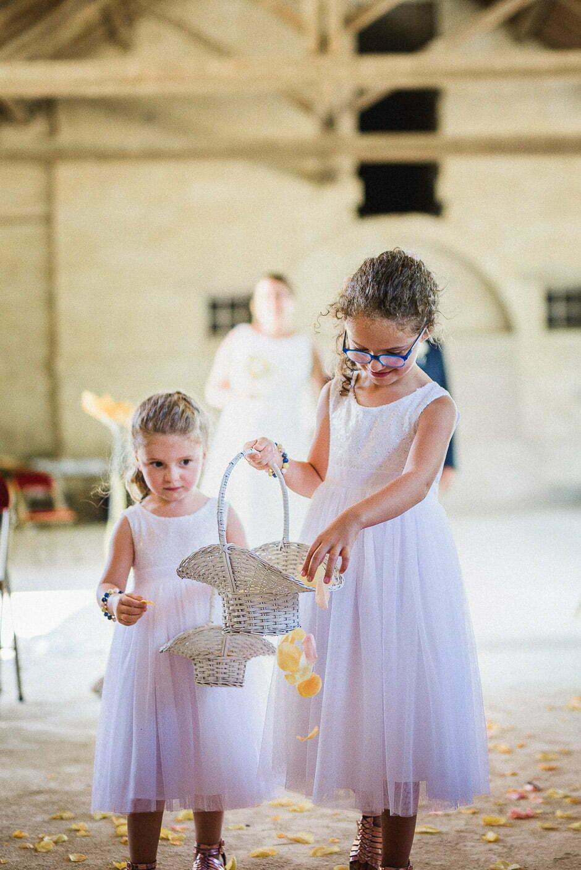 Pétales de fleurs pour un mariage au domaine de roiffé