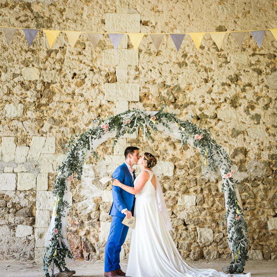 Un couple au mariage du domaine de Roiffé