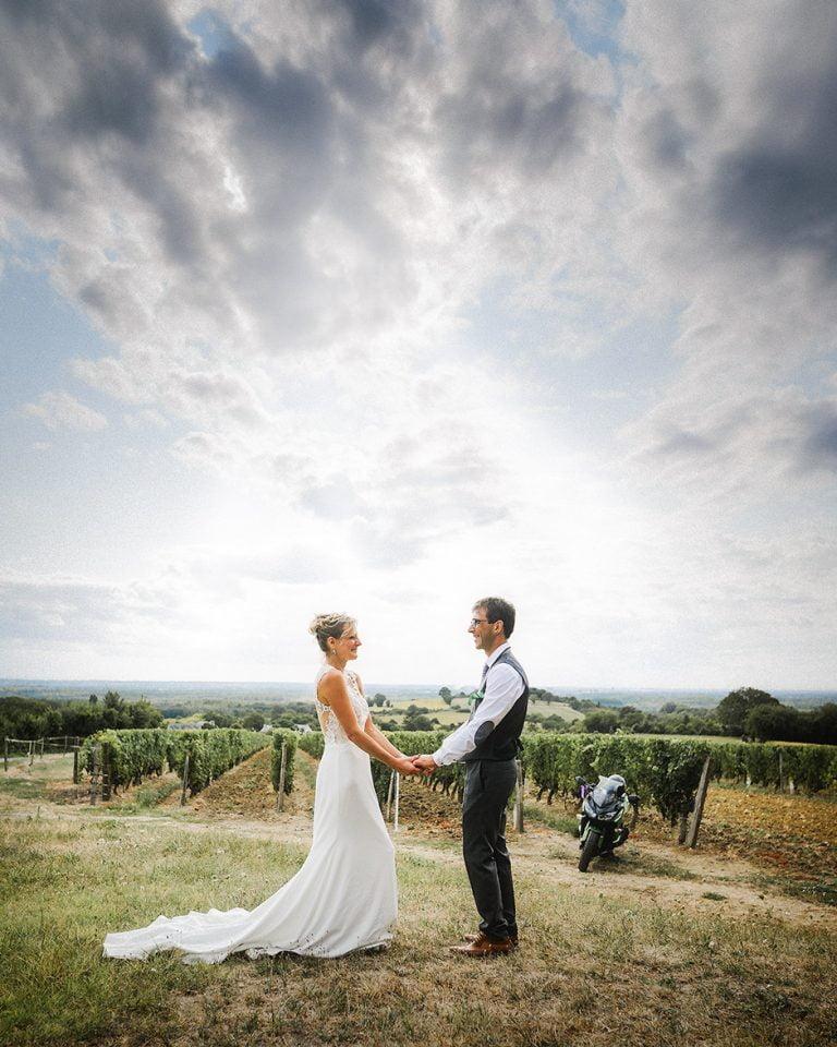 Photographe mariage saumur couple dans les vignes