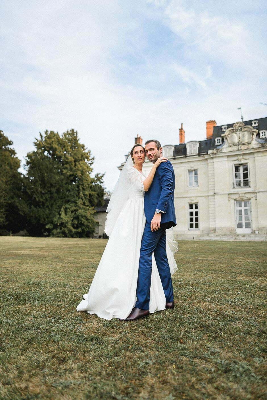 Photographe de mariage à Tours un couple face au château