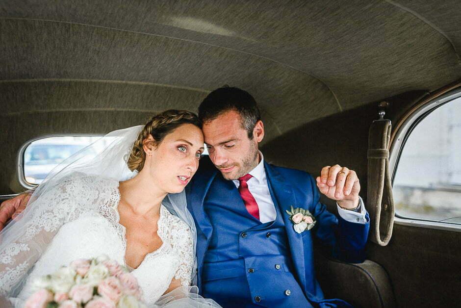 Photographe de mariage Indre-et-Loire Dans une voiture avec les mariés