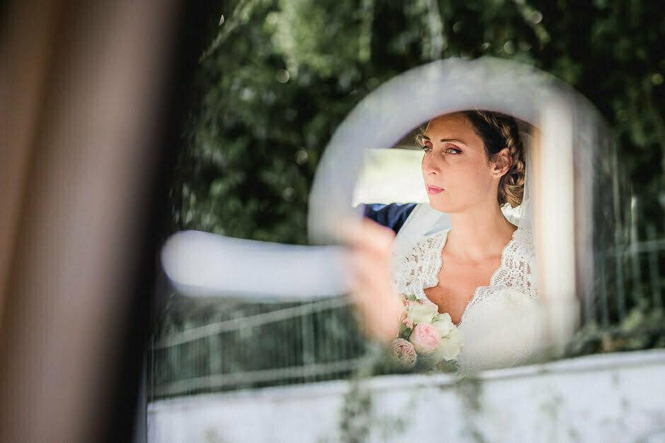 Photographe de mariage Indre-et-Loire une mariée dans le rétroviseur de la traction