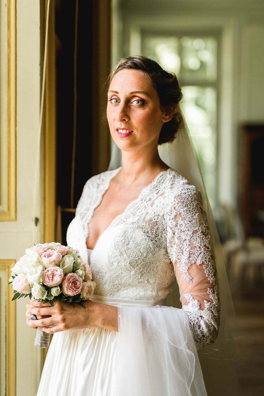 Photographe de mariage Indre-et-Loire une marié avec son bouquet de fleurs