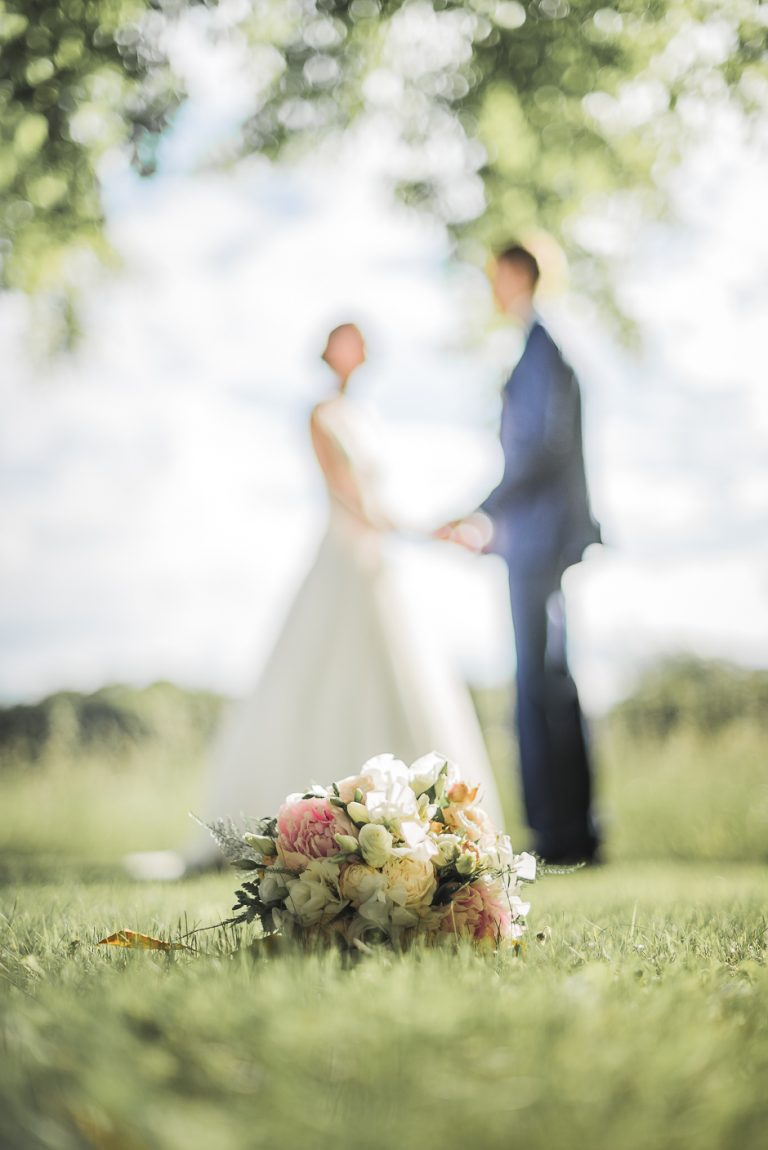 Photographe de mariage en Indre-et-Loire Bouquet de fleurs des mariés au parc de Richelieu