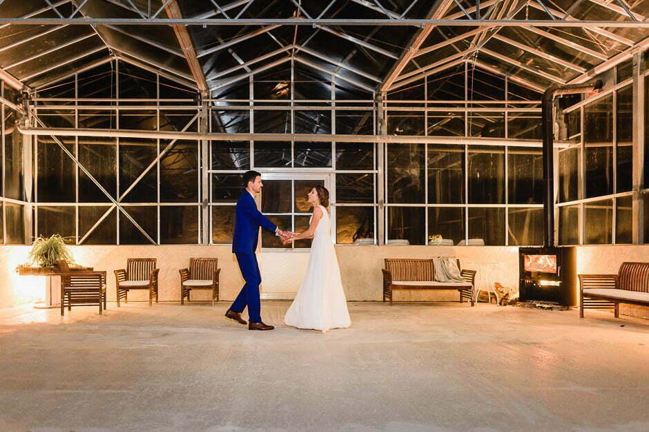 Mariage au Domaine de la Bergerie les mariés dansent