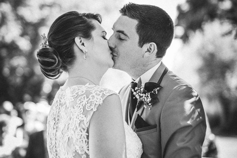 Bisou des mariés photo en noir et blanc mariage