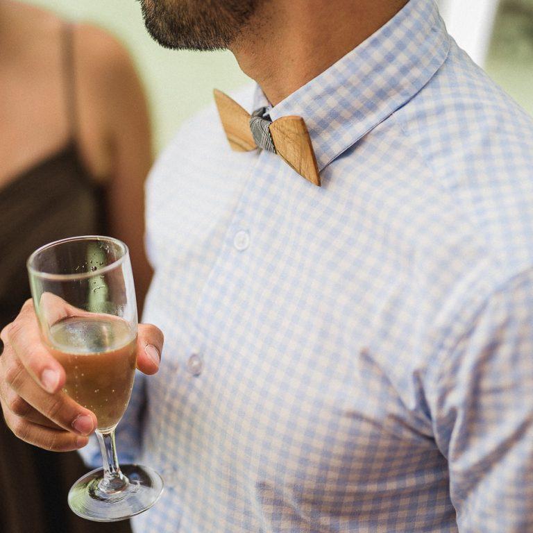 Coupe de champagne et noeud papillon en bois pour un mariage