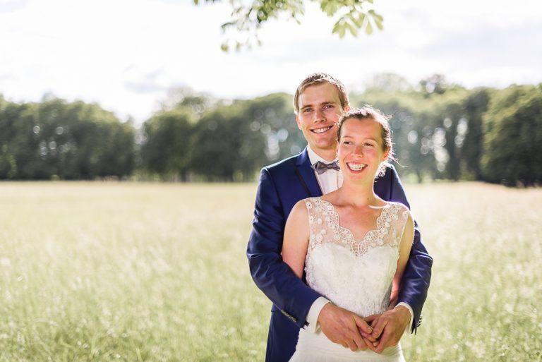 Photographe de mariage en Indre-et-Loire Couple de mariés dans le parc de Richelieu
