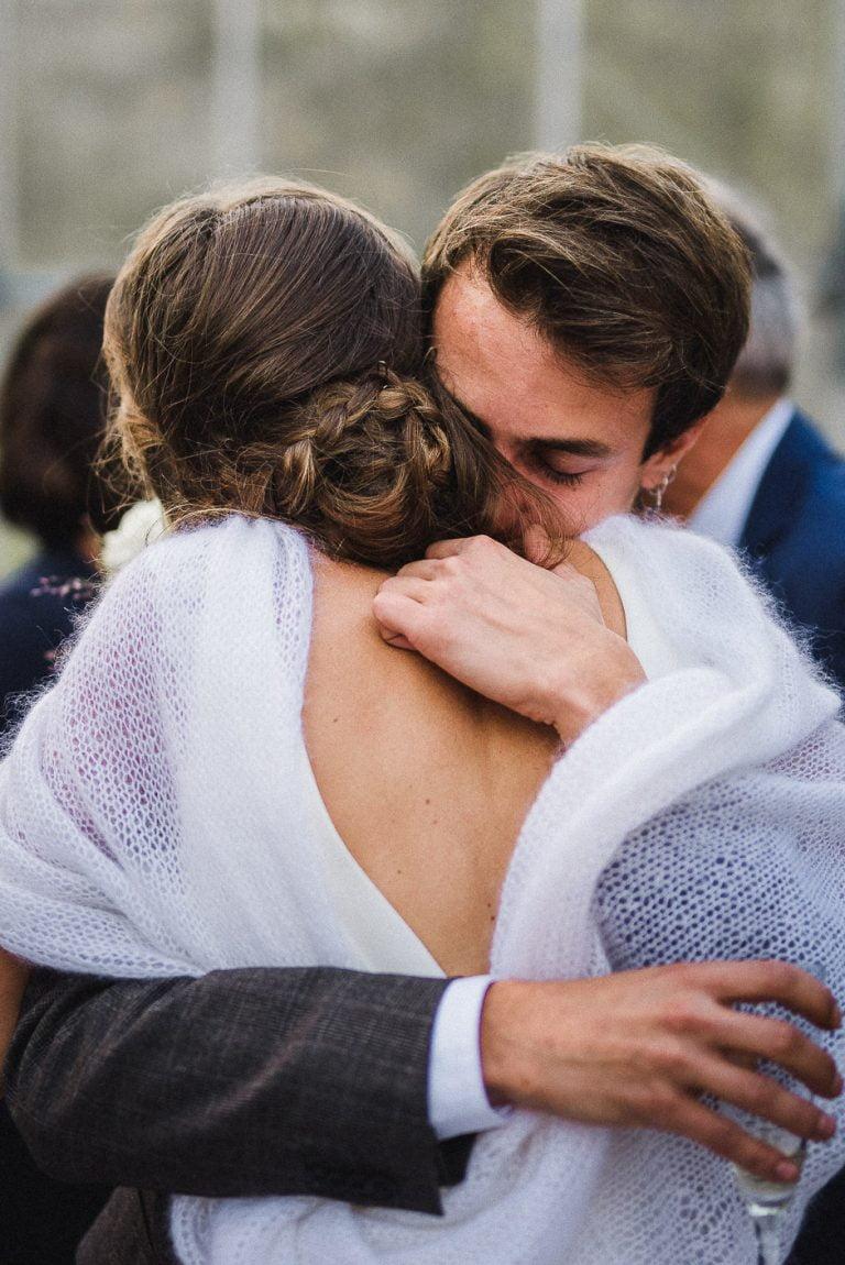 Photographe de mariage en Indre-et-Loire Moment d'émotion entre un frère et une soeur