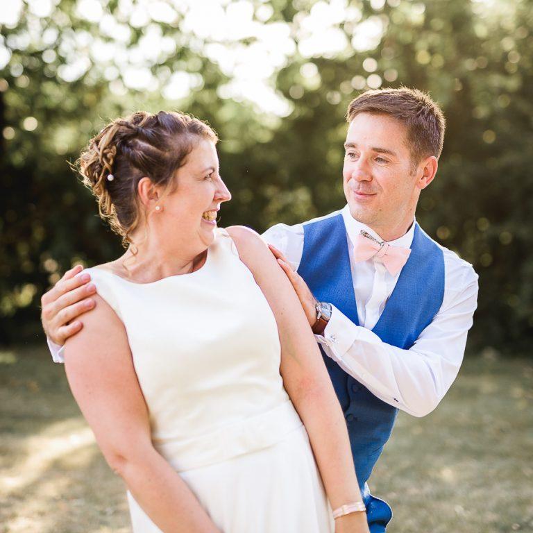 Photographe de mariage en Indre-et-Loire Un couple de mariés au golf de roiffé
