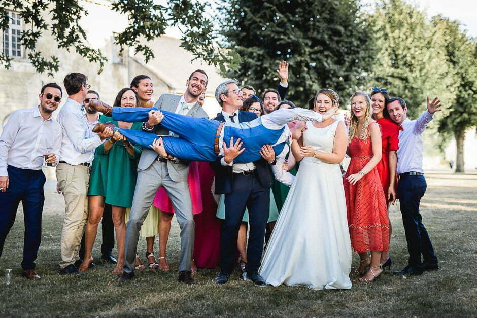 Photographe de mariage en Indre-et-Loire Groupe d'amis au domaine de roiffé
