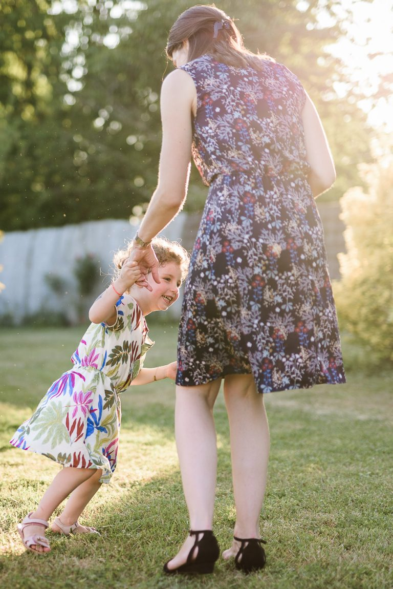 Photographe de familles en Indre-et-Loire Une mère de famille et sa fille dans la lumière