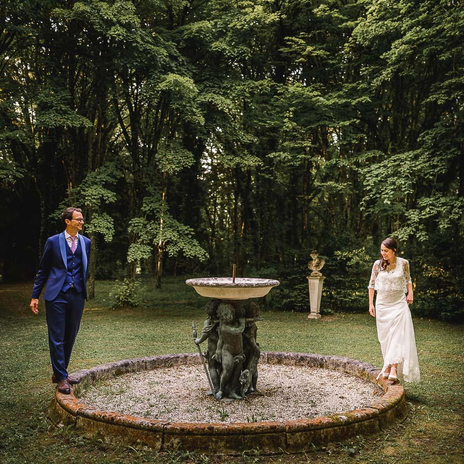 Couple de mariés dans les sous bois au château de Saint-Senoch