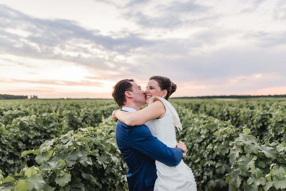 Séance photo de couple avec des mariés dans les vignes