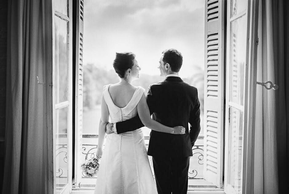 Séance photo de couple avec des mariés