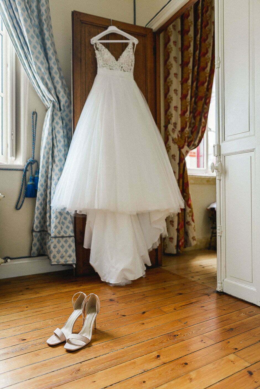 photo de la robe de la mariée et de ses chaussures au château de Brou