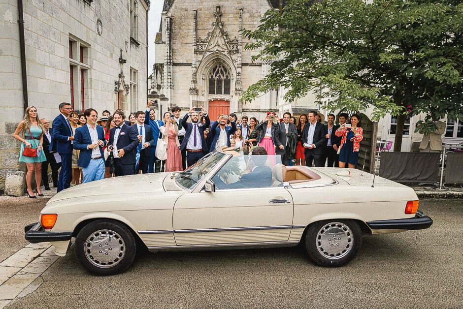 Voiture des mariés le jour de leur mariage