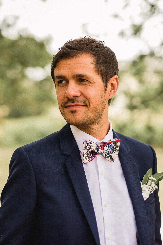 Portrait du marié au domaine de la volière