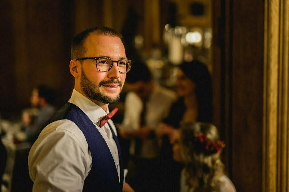 portrait du marié en soirée