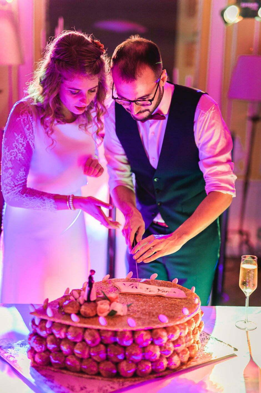 Les mariés soupent le gâteau