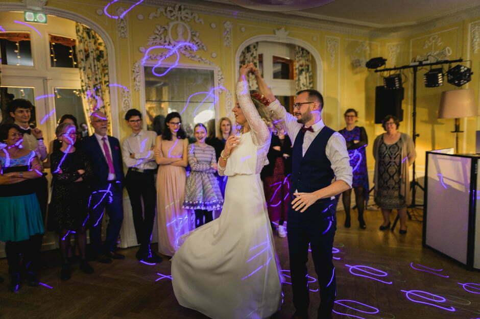 Les mariés dansent à l'ouverture du bal