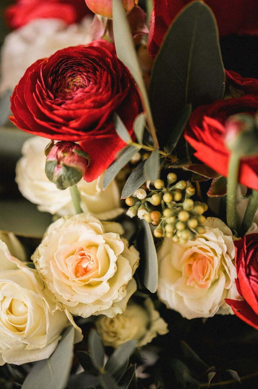 détail de la composition florale du bouquet de la mariée
