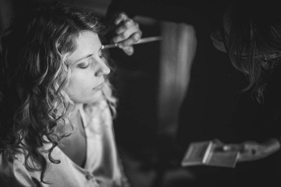Maquillage de la mariée pendant les préparatifs