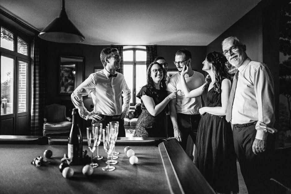photo noir et blanc pendant les préparatifs du marié