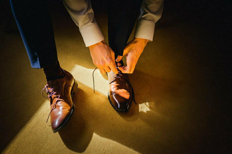 Le marié mets ses chaussures