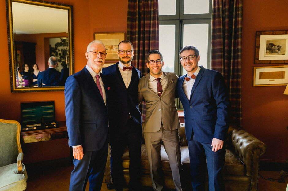 photo de groupe lors des préparatifs du marié