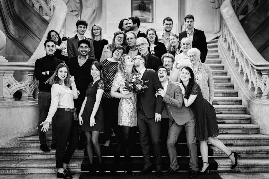 Photo de groupe à un mariage à la mairie de Tours